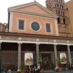 san lorenzo in lucina - facciata e portico