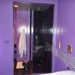 Bagno senza porta con doccia a vista, VERGOGNATEVI