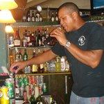 Боб Марли, официант и бармен в одном флаконе!!!