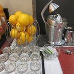 朝食のフレッシュオレンジジュース