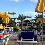 vue de la piscine principale sur un hotel a l'abandon