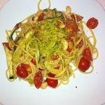 spaghetti con gamberetti, pomodori e zucchine