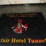 чудесная надпись при входе в отель