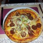 Pizza mit scharfer Salami