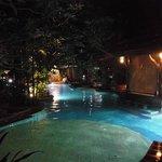 Der Hotelpool am Abend
