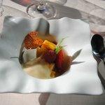 Ensalada de frutas caramelizadas con sopa de melón y menta