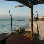 El amanecer plácido de la playa de la posada