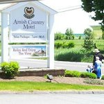 Amish-family-walking-Amish-Country-Motel-in-Bird-in-Hand-PA