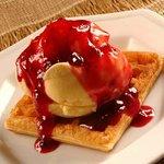 Waffles com sorvete e cobertura de amoras