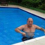 Don Carlos  disfrutando en un de las piscinas del hotel