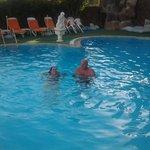 in het (lege) zwembad