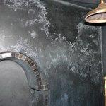 salpêtre sur les murs de la salle de bain