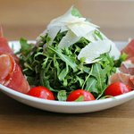 Salad with prosciutto and ruccola