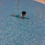 Mi peque difrutando en la piscina