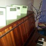 Фортепиано на нашем этаже.Даже поиграли ночью:)