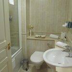 Modern, clean bathroom with tub/shower.