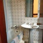 Ванная с шикарной плиткой и красивыми круглыми кранами раковины