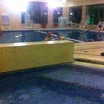 delante hidro y detras la piscina interior.