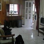 Foto do quarto, cama, sofá e TV
