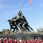 Veteranen brengen de laatste eer aan hun gevallen kameraden.