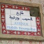 Tataouine. In Tunisia si parla arabo e francese e pure le vie sono segnate così