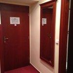 couloir entrée dans chmabre avec miroir