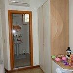 Вид со стороны входной двери на ванну