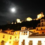 La Alhambra iluminada desde el balcón