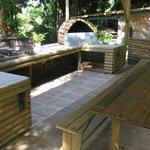 Coin Barbecue sous le carbet commun aux bungalows