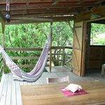 Terrasse d'un des bungalows avec le hamac