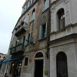 CALLE DEL HOTEL - TOLDO AZUL AL LADO DE LA ENTRADA