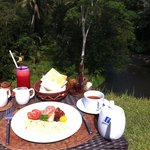 Amazing breakfasy facing the river
