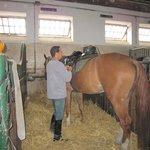 """厩舎で馬装するホースマンと私が騎乗した""""Zorro"""""""