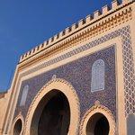 la porte Bab Bou Jeloud voisine du Ryad