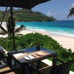 Ресторан с видом на великолепный пляж