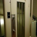 O elevador antigo Schindler sem porta interna