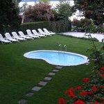 Os jardins com a piscina