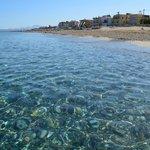 чистый большой пляж с наипрозрачнейшей водой критского моря