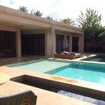 Notre villa (chambre et salon) avec piscine privée et bassin autour