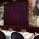 La salle, très cosy, avec sa décoration très orientée cinéma