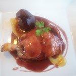 Confit de canard et poire pochée au vin