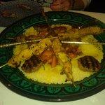 Couscous Keftas servi avec couscous brochettes