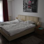 постер из Икеи зовет в Лондон, кровать удобная, чисто, аскетично, но есть все необходимо