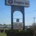 Knights Inn Sign