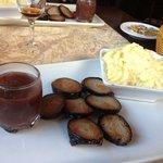 Plat du menu Saveurs : andouille poêlée et purée avec sauce au vin et oignons