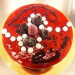 torta gelato cioccolato fondente e fragola con copertura di glassa alla fragola e meringhe