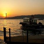 Euro-asiatische Brücke und Hotel-Boot