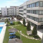 Fachada de los apartamentos y piscina