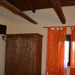 Die Holzbalkendecke lässt den Raum urig und gemütlich wirken.