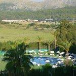 Paysage derrière les piscines de l'hôtel